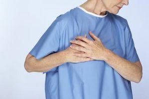 Pulserende brystsmerter Akkompagnert med smerter i venstre arm