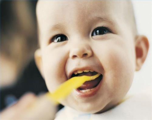 Slik unngår du misfarging av baby tenner