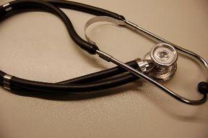 Hva skyldes væske rundt hjertet?