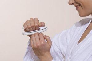Hvordan fikse sprakk og peeling Negler