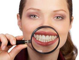 presser tungen mot tennene