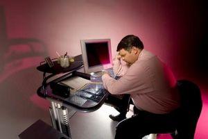 Hvordan unngå frem hodet holdning når du arbeider på et skrivebord