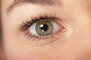 Hva skjer når øyet fokuserer på en nær gjenstand?