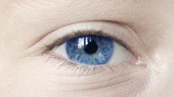 Hvordan kan jeg fjerne smuss fra øyet mitt?