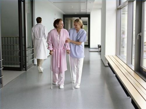 Hvordan hjelpe noen etter bypass operasjon på sykehuset