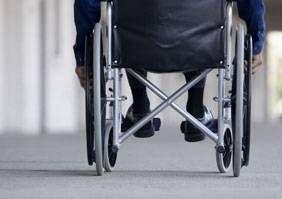 Hvordan overføre Eldre Fra en rullestol til en seng