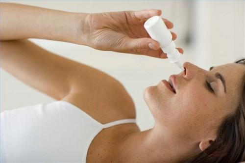 Hvordan bruke nesespray for å behandle Dust Mite Allergi