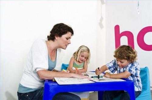 Hvordan bruke Play terapi for å behandle autisme