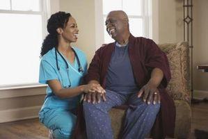 Leve-In sykepleiere å ta vare på eldre og spedbarn