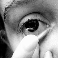 Kan du bruker kontaktlinser mens svømming?