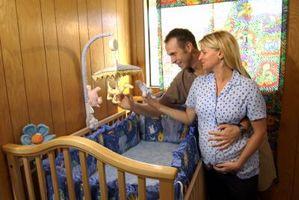 Hvordan legge ved en baby Mobile til Tykkere Crib Rails