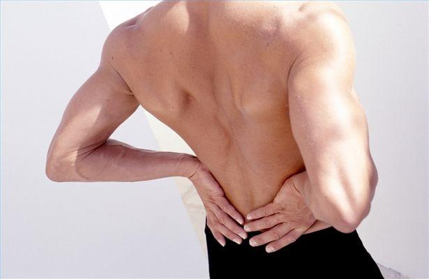 smerter i korsryggen som stråler ned i beina