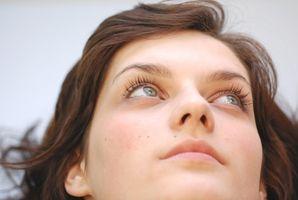 Hva er årsakene til svimmelhet forbundet med øye bevegelse?