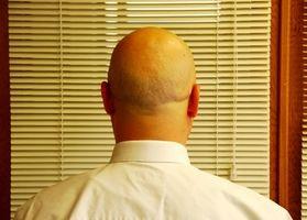 Hva er årsaken til smertefulle støt i hodebunnen?