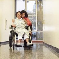 Hvordan Trygg Løft en pasient i seng uten å skade deg selv