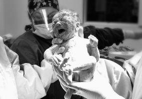 Hvordan Gi en nyfødt spedbarn HLR