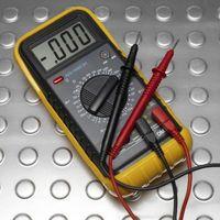 Hvordan kan den elektriske ledningsevnen i en løsning testes?