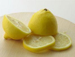 Hvordan å rense med varmt vann og sitron