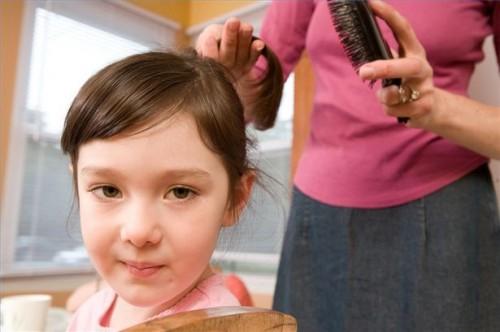 Hvordan sjekke en barnets hår for lus