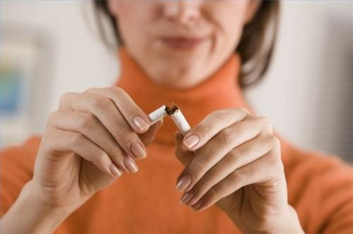 Hvordan å slutte å røyke når en lys røyker