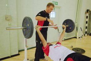 Hvordan kan menn ned i vekt og bygge muskler ved å bare gjør benkpress?