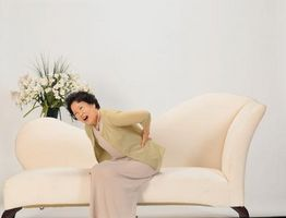 Hva er behandlingen for en klemt nerve i korsryggen?